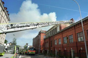 Feuerwehr vor brennemden Gebäude