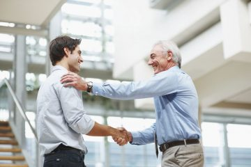 Zwei Männer die sich die Hände schütteln