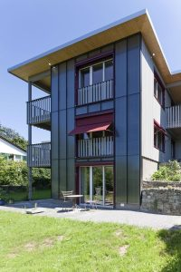 Photovoltaikanlage an Wohnhaus getarnt durch farblich passende Solargläser