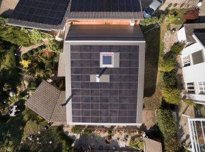Süd- und Nord-Nordwest-ausgerichtete Solaranlage mit schwachlichttoleranten CIS-Dünnschichtmodulen (20 kW, 147m2) auf dem Haus von Christoph Schaer in Oensingen. (Quelle: Christoph Schaer)